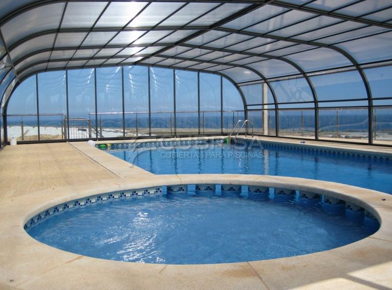 Qu tienes que saber para instalar una cubierta de piscina for Fotos de piscinas cubiertas