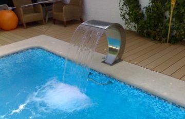 Decoraci n fuentes para tu piscina cubiertas para piscinas cubrisa - Fuentes para piscinas ...